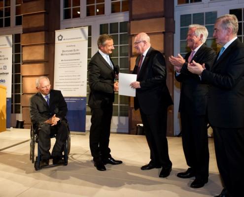Übergabe der Verleihungsurkunde an den Preisträger Volker Kauder